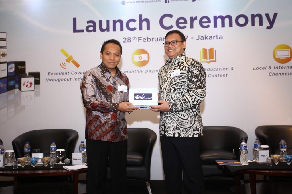 SMV FreeSat TV Launch_S. Rachmat M. Arifin, Vice Chairman of KPI Pusat (left) and Meiditomo Sutyarjoko, Commissioner of SMV FreeSat TV (right).